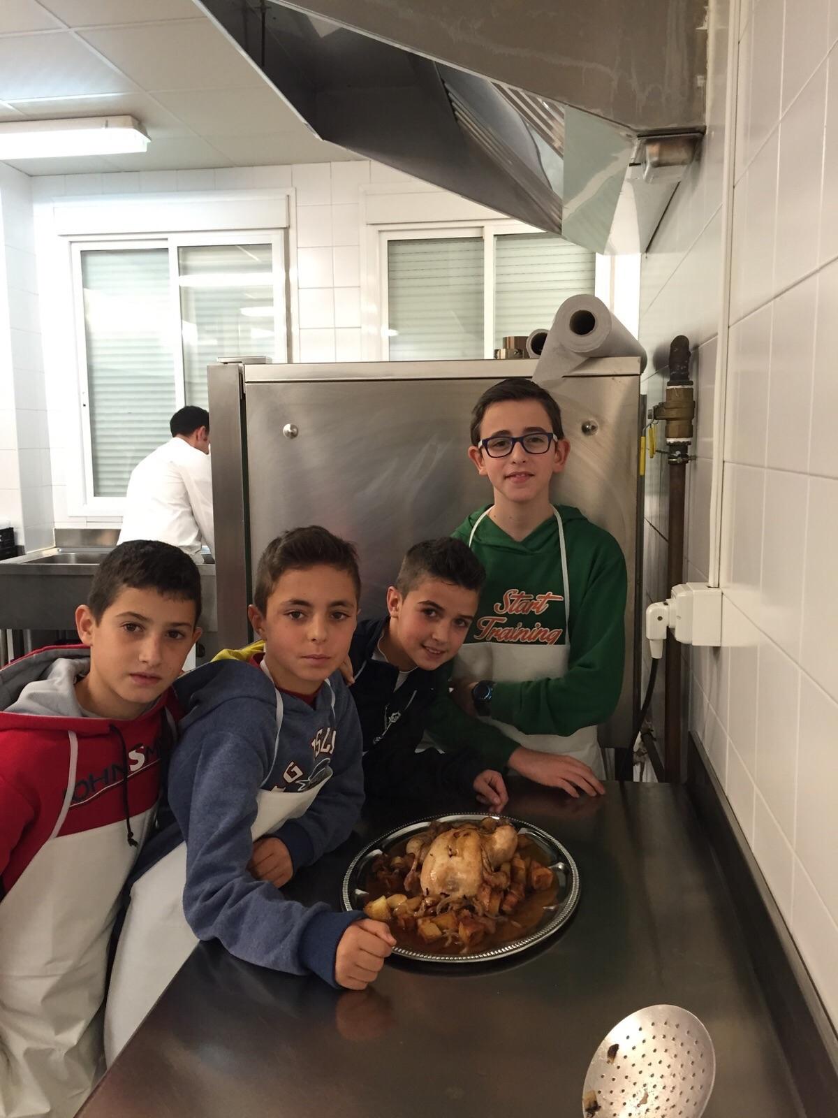 Una docena de j venes participa en el taller de cocina for Cocinas en humanes de madrid