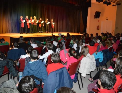 Más de 200 niños y mayores participan en el I Encuentro Intergeneracional de Villancicos
