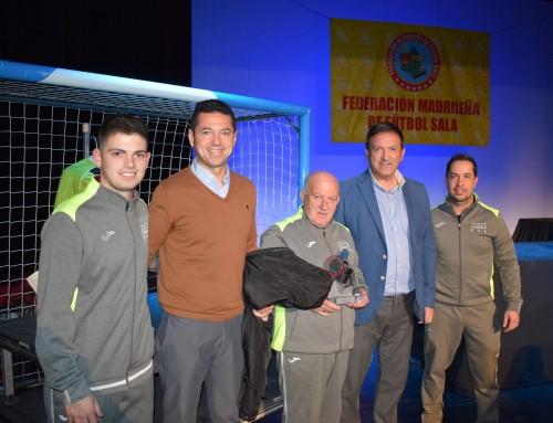 El director técnico Juan Campos recibe un trofeo de la Federación Madrileña de Fútbol Sala