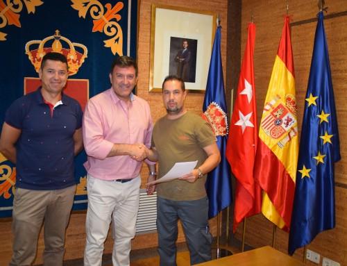 José Antonio Sánchez firma un convenio de colaboración con el Club Deportivo Elemental Escuela Fútbol Sala de Humanes de Madrid