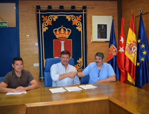 El alcalde de Humanes de Madrid firma un convenio de colaboración con el Club Deportivo Elemental Los Ángeles Club de Fútbol