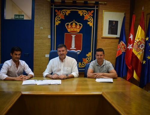 El alcalde José Antonio Sánchez firma un convenio de colaboración con el entrenador nacional de pádel, Roberto Galán