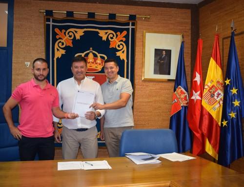 José Antonio Sánchez firma un convenio de colaboración con el maestro de Educación Física e instructor de Fútbol Base (Nivel 2), Antonio Díaz-Parreño
