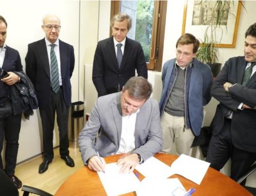 José Antonio Sánchez firma un escrito presentado al Defensor del Pueblo contra los semáforos en la A-5