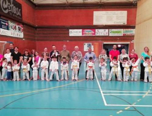 Los alumnos de la Escuela de Karate Humanes llevan a cabo un entrenamiento familiar con sus padres