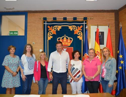 El alcalde firma convenios para el desarrollo de cursos de la Concejalía de mujer.