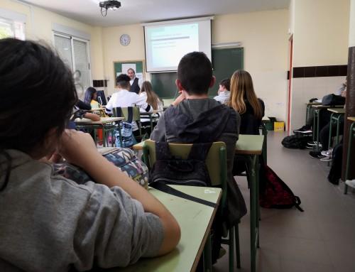 Alumnos de secundaria reciben clases de cómo hacer un buen uso de las redes sociales, prevenir el acoso escolar y las adicciones impartidas por Guardia Civil, concejalía de Juventud y Policía Local.