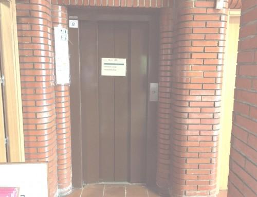 El ascensor del pabellón Campohermoso será sustituido por otro adaptado para personas con movilidad reducida.