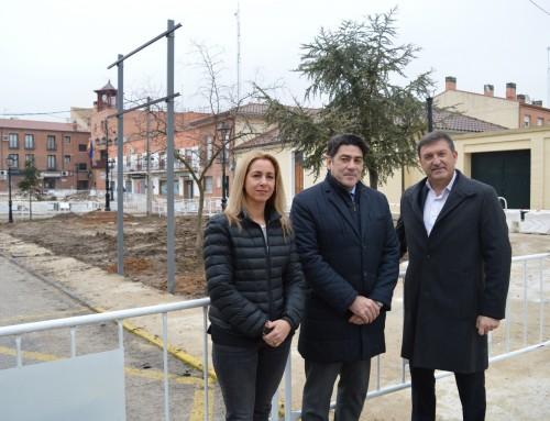 El consejero de Vivienda y Administración Local visita las obras de acondicionamiento de la plaza de la Constitución.