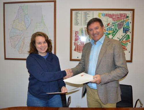 El alcalde firma un convenio que beneficia  a los usuarios del carné infantil con descuentos en fisioterapia y podología