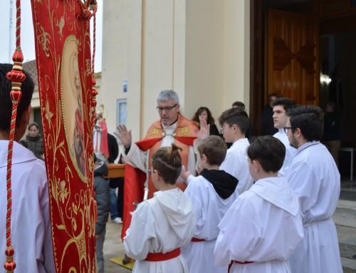 Los niños de Humanes de Madrid reciben la bendición de San Blas.