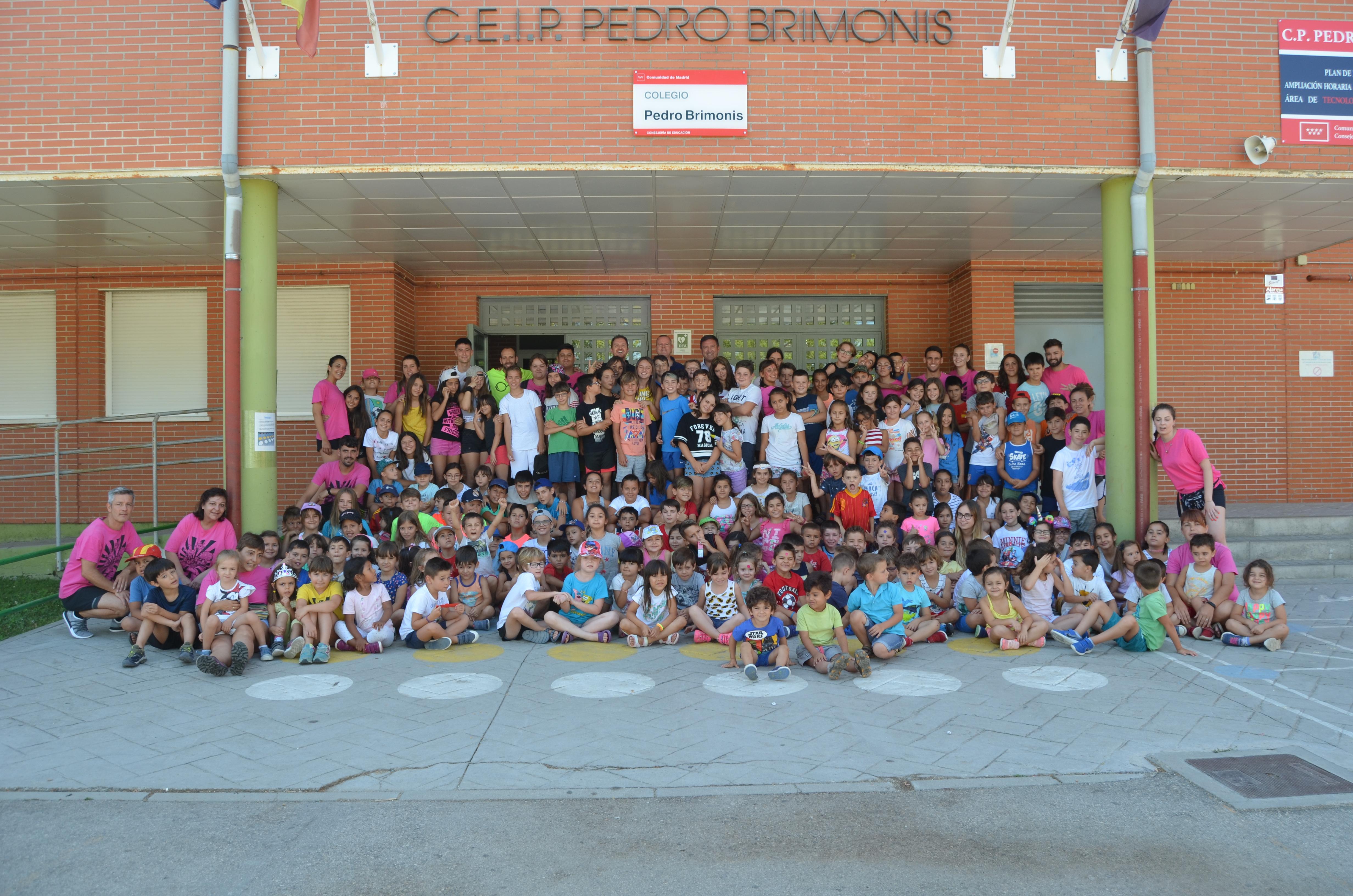El alcalde de Humanes de Madrid visita los campamentos urbanos en el CEIP Pedro Brimonis con 632 niños inscritos en esta temporada.