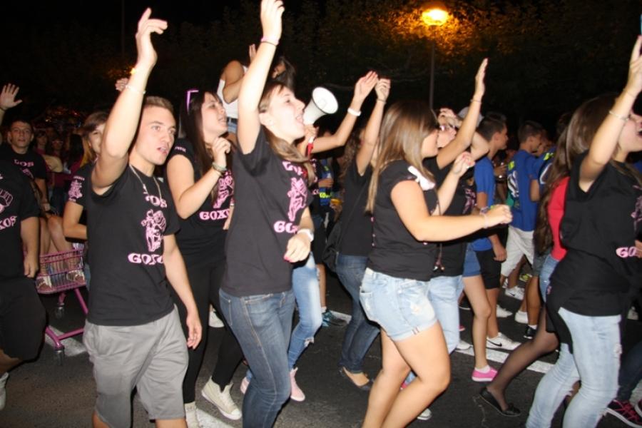 Comienzan las fiestas con el desfile de 135 peñas en Humanes de Madrid.