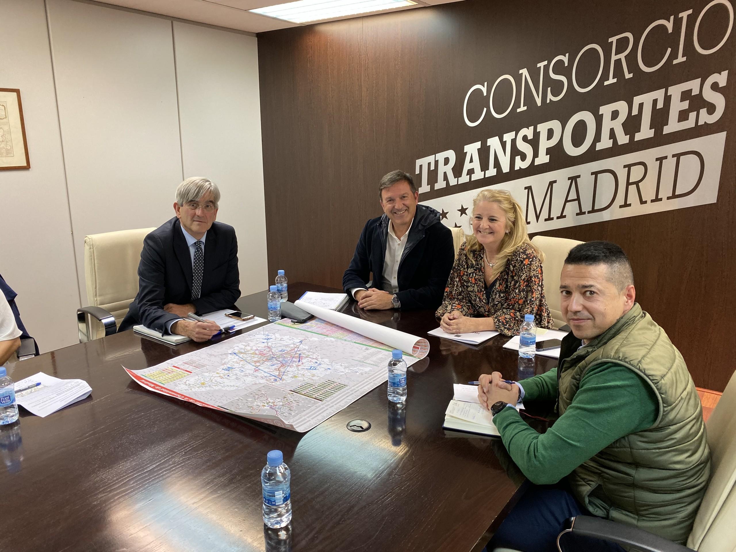 El alcalde se reúne en el Consorcio de Transportes para abordar asuntos que afectan a Humanes de Madrid.