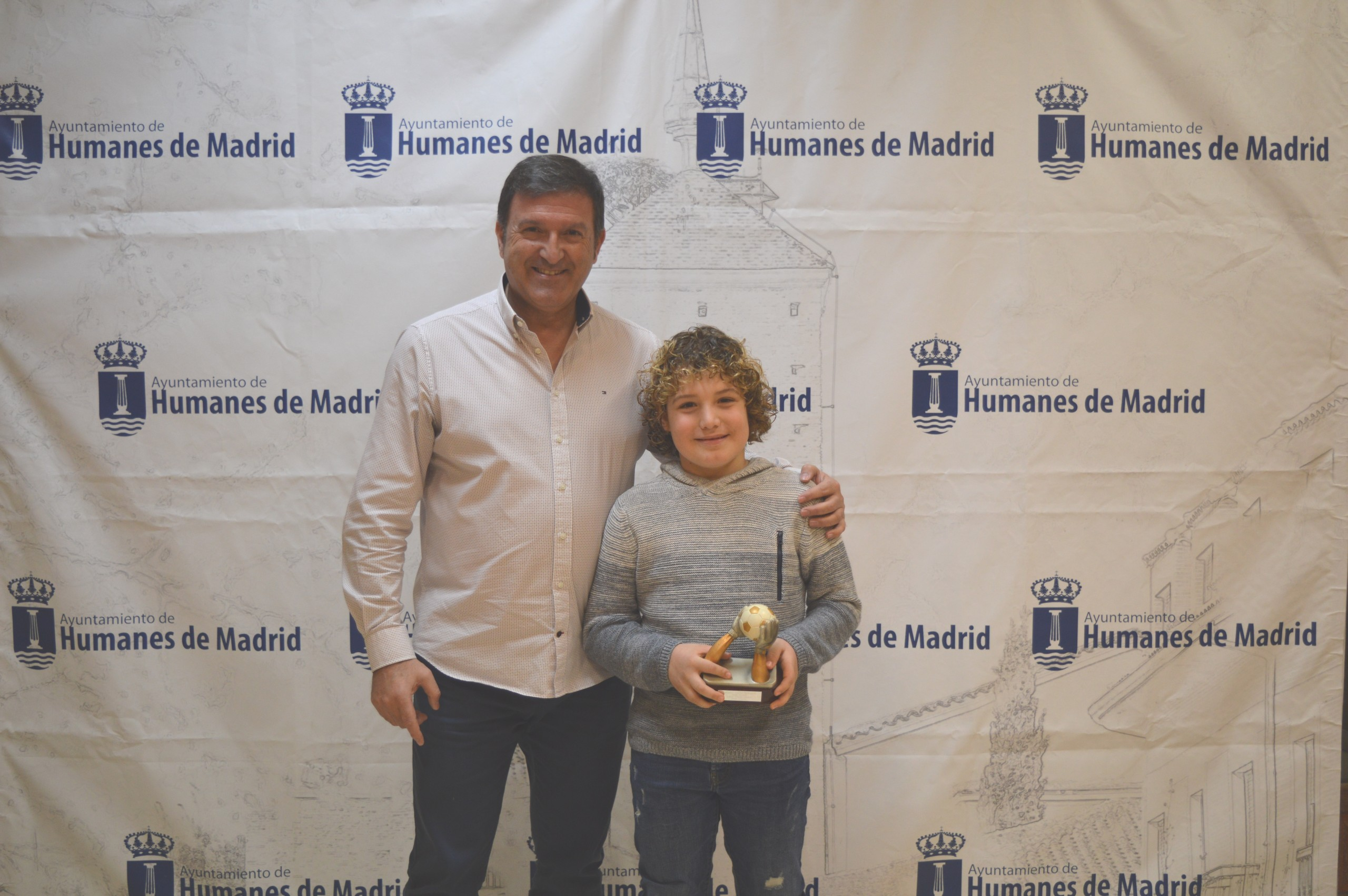El alcalde recibe al portero del benjamín A C.D.E – E.F.S Izán Luque convocado por la selección madrileña de Fútbol Sala.