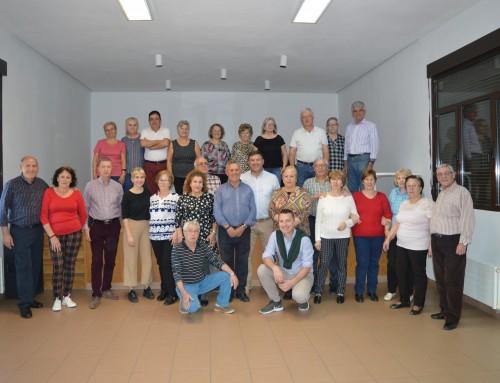El alcalde visita los talleres de Risoterapia y bailes de Salón para mayores.