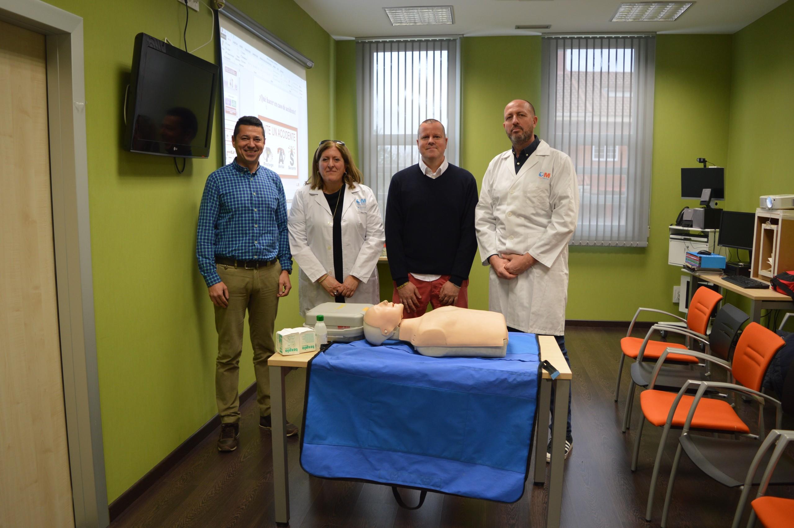 Profesores de los centros educativos se forman en primeros auxilios, reanimación cardiopulmonar y desfibrilador automático.