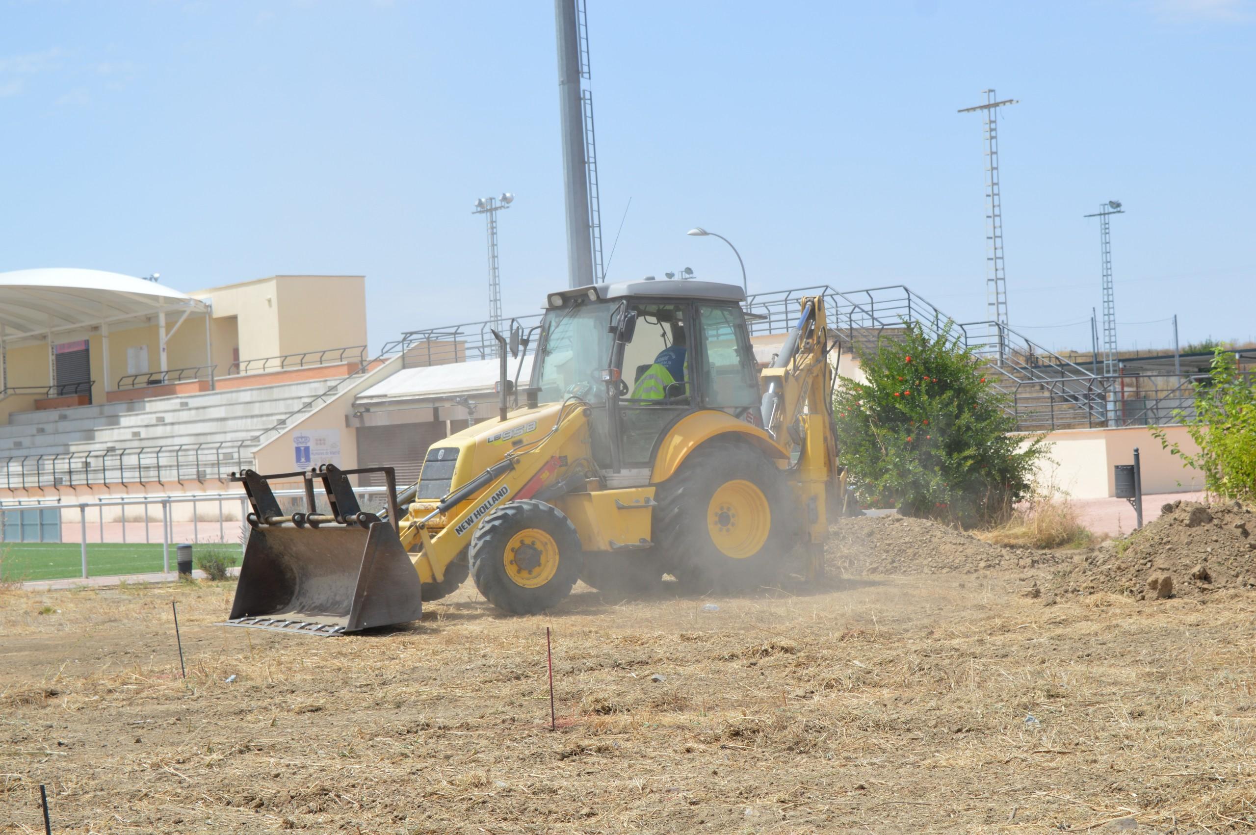 Comienzan las obras de la pista de atletismo municipal para calentamiento.