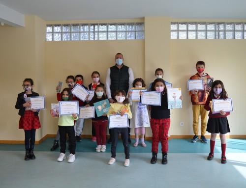 En el día Internacional del Libro, niños de Humanes de Madrid participan en la lectura de su libro favorito.